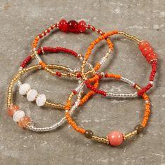 Tee käsikoruja pujottamalla lasihelmiä, rocaille-siemenhelmiä ja lukitushelmiä elastiseen korulankaan. Diy Earrings, Hoop Earrings, Beaded Jewelry, Beaded Bracelets, Jewellery, Make Your Own Bracelet, Homemade Jewelry, Creative Kids, Diy For Kids