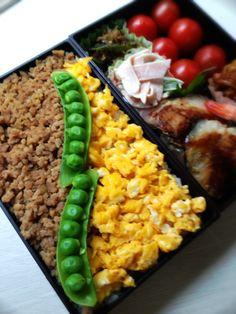 Twitter from @comyon 今朝のお弁当は鶏そぼろ弁当です。お弁当箱はBentoのお重弁当♪ おかずは鰆の塩麹漬け焼き ハムサラなど。お箸はフォークスプーン一体型お箸で! http://p.twipple.jp/HPcLq #obentoart #弁当
