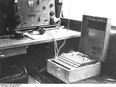 """Bundesarchiv Bild 146-2006-0188, Verschlüsselungsgerät """"Enigma"""" - Nachrichtentruppe von Wehrmacht und Waffen-SS – Wikipedia"""