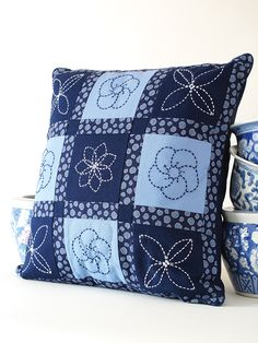 ANPTmag Summer 2009 * True Blue Cushion Top in Sashiko * Alma Laidlaw, Sew Fancy (embroidered squares & patchwork, turned into a pillow) Would be a cool project to try. Japanese Embroidery, Hand Embroidery, Embroidery Designs, Embroidery Stitches, Flower Embroidery, Embroidered Flowers, Shashiko Embroidery, Patchwork Cushion, Blue Cushions