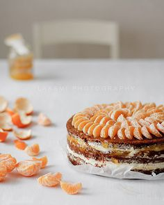 clementine decorated cake - I love it, no matter what recipe it is. I must do that, I love clementines and it looks so pretty as cake decoration.
