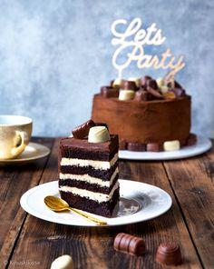 Ei joulua ilman suklaata, ainakaan meidän perheessä. Konvehtikakku onkin kuin iso herkullinen joulumakeinen. Tämä kakku voi ratkaista myös uuden vuoden kakun koristelun. Voit jättää suosiolla yhden k