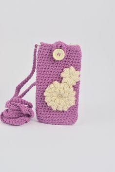 bolsito lila  para iphone a crochet. decorada con bonita flor beige. ideal chicas. hecho a mano. de myladiescrochet en Etsy