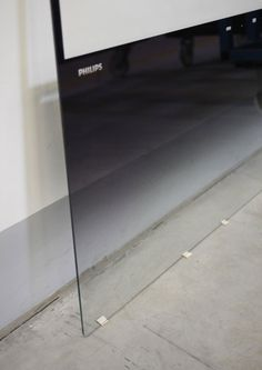 Plate of Seamless Glass that leans against the wall, TV