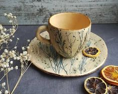 The tea pair with the print of the herbs is molded by hand from white clay, the blue pigment is impr Pottery Mugs, Ceramic Pottery, Ceramic Art, Thrown Pottery, Slab Pottery, Ceramic Bowls, Cerámica Ideas, Keramik Design, Kitchenware