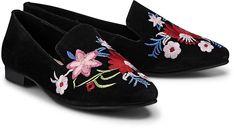 Weiches Veloursleder in Schwarz, gekrönt von einer floralen Stickerei auf der Vorderkappe. So stylish präsentiert sich der Trend-Slipper von Cox.