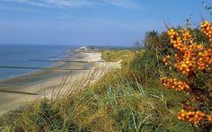 Zeeuwse duinen, Zoutelande Dishoek In Zeeland behoren de duinen langs de kust tot de hoogste delen van de provincie. De duinen behoren eigenlijk tot de enige delen van de Zeeuwse eilanden die gevrijwaard bleven van watersnoodrampen. Hier zijn ook de oudste bewoningssporen gevonden, teruggaand tot de Romeinse tijd. Nabij Westkapelle ligt er een dijk ter bescherming van de Walcherse kust, omdat dáár het duin te laag was om voldoende bescherming te bieden.
