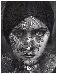 Imagem Edward Steichen Apareceu em 1928 edição de Vanity Fair e apresenta um feito drasticamente Gloria Swanson em um headwrap preto atrás de uma tela de rendas pst