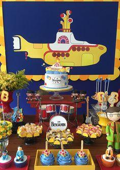 John Lennon, Paul McCartney, Ringo Starr, George Harrison foram os convidados de honra do primeiro aniversário do Benjamin. Transformados em bonecos açucar
