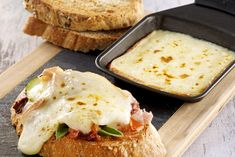Bruschettas de fromage à Raclette RichesMonts Salmon Burgers, Camembert Cheese, Mashed Potatoes, Food And Drink, Breakfast, Ethnic Recipes, Pizza, Birds, Side Salad