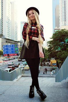 Comprar ropa de este look:  https://lookastic.es/moda-mujer/looks/blusa-de-botones-falda-skater-botines-sombrero-medias/2011  — Sombrero de Lana Negro  — Blusa de Botones de Tartán Roja  — Falda Skater de Cuero Negra  — Medias Negras  — Botines de Cuero Negros