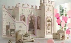 こちらもお城型のベッド。下にはお姫様ベッドがカーテンの奥に潜んでいます♡ 階段部分には収納を取り付け、周辺には飾り棚を設置。女の子が夢見るお姫様ベットですね。