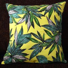 Housse de coussin de feuilles tropicales noir par HayleyMakes