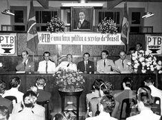 Senadores Getúlio Vargas (ao centro de óculos) e Alberto Pasqualini (à sua esquerda) e outros durante reunião do Partido Trabalhista Brasileiro. s.l., 1950.