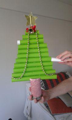 Arbolito con rollos de cartulina y base de rollo de papel higiénico, En el interior se colocan mensajes o buenos deseos para compartir, regalar o leer en la cena de Navidad