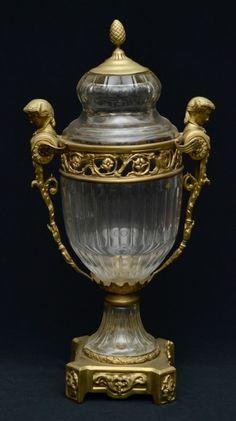 BACCARAT - Lindíssimo potiche caussolette confeccionado em cristal francês ricamente lapidado e goma