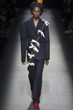 Jacquemus Parigi - Spring Summer 2020 Ready-To-Wear - Shows - Vogue. Fashion Details, Look Fashion, Fashion News, Fashion Show, Fashion Design, Fashion Week Paris, Runway Fashion, New York To Paris, La Mode Masculine
