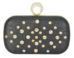 A famosa bolsa de balada (festa), nossa queridinha clutch preta, formato retangular, confeccionada em material sintético preto com rebites dourados e strass.