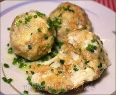 I Canederli al formaggio sono un primo piatto davvero sfizioso. Sono delle palle di pane e pezzetti di formaggio. Ricetta tipica tirolese dell'Alto Adige.