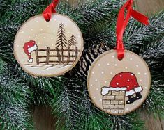 Santa Wood Burned Birch Slice Christmas Ornament Hand Burned Painted Set of 2 Hout verbrand Birch segment Ornament Hand verbrand geschilderde - Joy / Red Christmas Tree bal Christmas Wood Crafts, Christmas Rock, Rustic Christmas, Christmas Projects, Holiday Crafts, Christmas Signs, Christmas Ideas, Painted Ornaments, Diy Christmas Ornaments