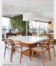 Sala linda integrada com varanda. Destaque para a parede verde que humanizou ainda mais o ambiente. Por Stal Arquitetura e @marianaorsifotografia