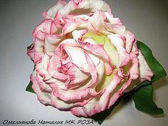 Хочу поделиться с вами своим опытом создания розы из фоамирана. Если что-то непонятно, я готова ответить на все вопросы. Для работы нам понадобятся следующие материалы: утюг; клеевой пистолет; клей ПВА; акриловые краски( красная, желтая и зеленая), если нет акриловых красок можно заменить ее сухой пастелью; самозастывающая полимерная глина; губка; фоамиран (зеленый и ваниль); шаблоны…