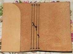 MIDORI FAI DA TE - 4 FORI ORIZZONTALI - MIDORI CICCIOTTO Come inserire i quadernetti all'interno Diy Notebook, Handmade Notebook, Personalized Notebook, Handmade Journals, Handmade Books, Diy Kalender, Bookbinding Tutorial, Leather Craft, Leather Jewelry