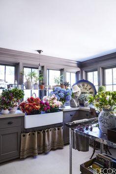 My kind of kitchen. Design: Michael Carey Featured in Elle Decor Photo: Modern Grey Kitchen, Grey Kitchen Walls, Gray And White Kitchen, Grey Kitchen Cabinets, Black Kitchens, Black Kitchen Decor, Gray Walls, Kitchen Photos, Kitchen On A Budget