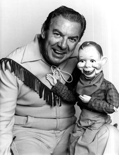 Buffalo Bob and Howdy Doody! I remember watching this show regularly as a preschooler. Creepy Vintage, Vintage Tv, Vintage Games, Vintage Hollywood, Bob Smith, Howdy Doody, Old Tv Shows, I Remember When, Movies