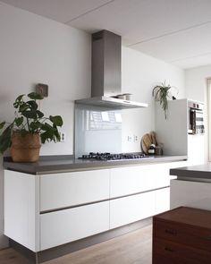 278 vind-ik-leuks, 36 reacties - Binnenhuisinspiratie / Blogger (@carolien_manning) op Instagram: 'Hier nog een frisse witte keuken! In ons nieuwe huis een mat zwarte via de @de_koning_keukens.…'