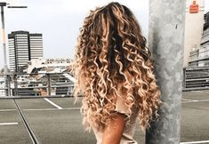 peinados para cabello rizado Die fr Sie passenden Modelle finden Sie in der Liste der Frisuren, die wir fr Sie vorbereitet haben Bad Hair, Hair Day, Messy Hairstyles, Pretty Hairstyles, Long Curly Haircuts, Amazing Hairstyles, Summer Hairstyles, Wedding Hairstyles, Curly Hair Styles