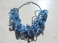 Krulketting met blauwe kralen