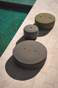 Voici les poufs de la collection Double, du designer Rodolfo Dordoni pour Roda !   ***  Presenting the Double ''poufs'' from designer Rodolfo Dordoni for Roda!