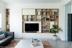 Apartment, Tel Aviv - Fineshmaker, Library made of a mixture of natural oak designed by Kedem Shinar Design & Architecture. Home And Living, Interior Design, Home Living Room, Living Room Shelves, Home Remodeling, Home, Interior, Home Library Design, Home Decor