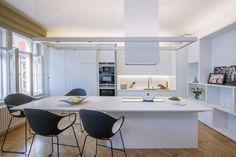 Centrum obytného prostoru tvoří kuchyňský ostrov, jehož pracovní deska je navržena v jedné výšce. Slouží tak jako jídelní stůl i pracovní plocha včetně varné zóny.