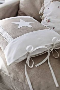 Sewing Cushions Star cushion in linen and lace Sewing Pillows, Diy Pillows, Decorative Pillows, Sewing Crafts, Sewing Projects, Star Cushion, Linens And Lace, How To Make Pillows, Scatter Cushions