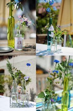 verschiedene Flaschen und Gläser für die Stehtische / bottles and flowers for wedding decoration