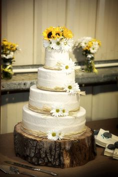 Country wedding cake. Sunflowers twine daisys