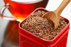 Rooibos é um chá natural que vem de uma árvore na África do Sul. Seus benefícios são semelhantes aos de chá vermelho com a diferença de que este não contém