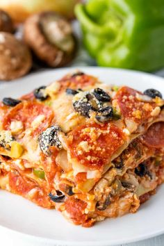 Deep Dish Pizza Lasagna combines two of your favorite dinner obsessions. This is where pizza and pasta lovers will find heaven on a plate. It's easy to customize the toppings too! Homemade Dinner Rolls, Easy Dinner Recipes, Easy Meals, Dinner Ideas, Baked Eggplant, Eggplant Dishes, Eggplant Parmesan, Stay At Home Chef, Pizza Lasagna