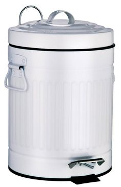 Witziger Abfalleimer für das Bad aus pulverbeschichteten Metall in weiß in Form einer Mülltonne. Der Deckel verfügt über eine praktische Absenkautomatik. Gesehen für € 29,95 bei kloundco.de.
