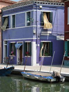Canal de #Burano, isla de la laguna véneta http://www.venecia.travel/ciudades-para-visitar/burano/ #turismo #Italia