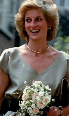 Princess Diana Hair, Princess Diana Fashion, Princess Diana Family, Real Princess, Princess Of Wales, Prince Harry Diana, Princes Diana, Prinz William, Royal Queen