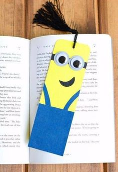 Watch something ordinary turn into a bunch of adorable little minions. Cardboard Tube Minion Crafts transform toilet tubes into the cutest toilet paper roll crafts ever witnessed. Despicable Me minions are kid favorites. Creative Bookmarks, Paper Bookmarks, Bookmarks Kids, How To Make Bookmarks, Quick And Easy Crafts, Easy Crafts For Kids, Cute Crafts, Diy For Kids, Marque Page