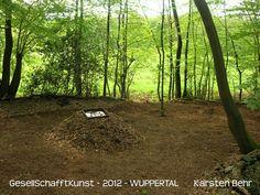 Das frische Grün am lichten Waldrand  spiegelt sich in rostiger Schale  auf zerfallendem Herbstlaub