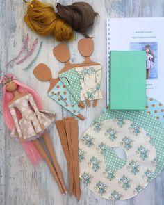 No photo description available. Fabric Dolls, Paper Dolls, Arte Quilling, Softie Pattern, Doll Repaint, Waldorf Dolls, Soft Dolls, Diy Doll, Cute Dolls