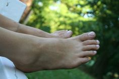 How to Treat Spider Veins on the Feet & Ankles