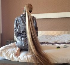 VIDEO - Kateryna´s knee length hair play in bed - RealRapunzels Long Hair Ponytail, Long Ponytails, Braids For Long Hair, Face Shape Hairstyles, Box Braids Hairstyles, Twist Hairstyles, Really Long Hair, Super Long Hair, Long Hair Play