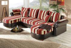 Der Korpus ist mit hochwertigem, braunen Kunstleder in Pull-up-Leder-Optik bezogen. Sitzfläche und Kissen in samtweichem Chenille-Bezug aus 100% Polyester, rot-creme gestreift. 4 Rückenkissen, 2 Armlehnkissen und 2 Zierkissen sind im Lieferumfang enthalten. Das Polstermöbel ist im Rücken mit Originalstoff bezogen, daher frei im Raum stellbar. Die Wohnlandschaft bietet einen hohen Sitz- und Lieg...