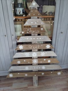 In this DIY tutorial, we will show you how to make Christmas decorations for your home. The video consists of 23 Christmas craft ideas. Pallet Wood Christmas, Christmas Wood Crafts, Wood Christmas Tree, Christmas Signs, Christmas Art, Christmas Projects, Christmas Porch, Christmas Holidays, Christmas Decorations